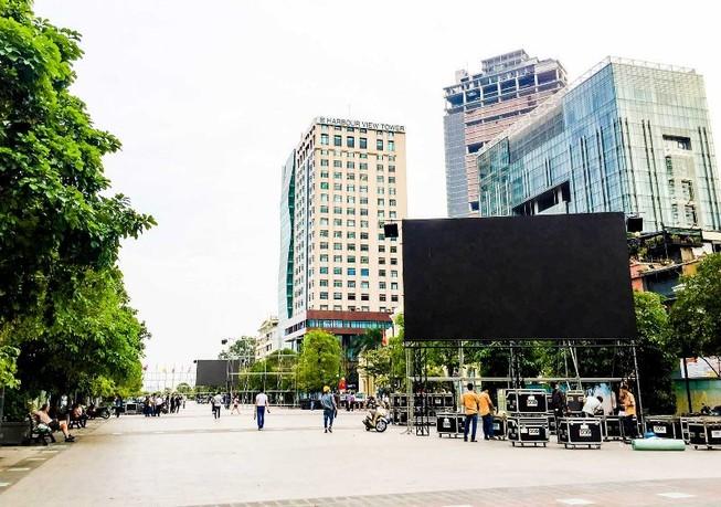 Lắp đặt xong 10 màn hình 'khủng' ở phố đi bộ Nguyễn Huệ