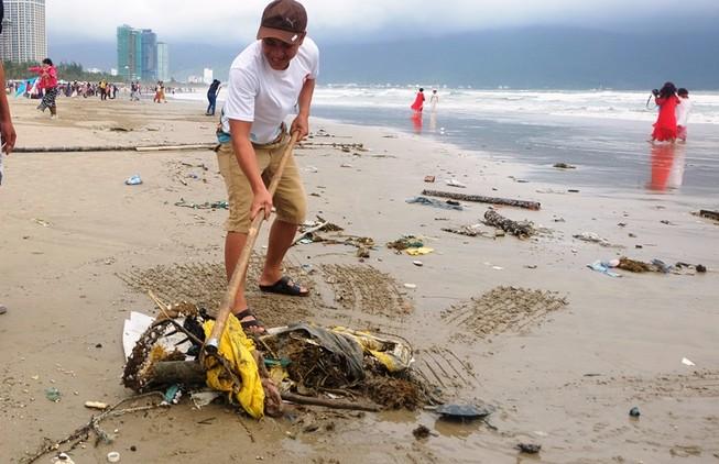 Sau mưa, rác tràn ngập bãi biển đẹp nhất hành tinh ở Đà Nẵng