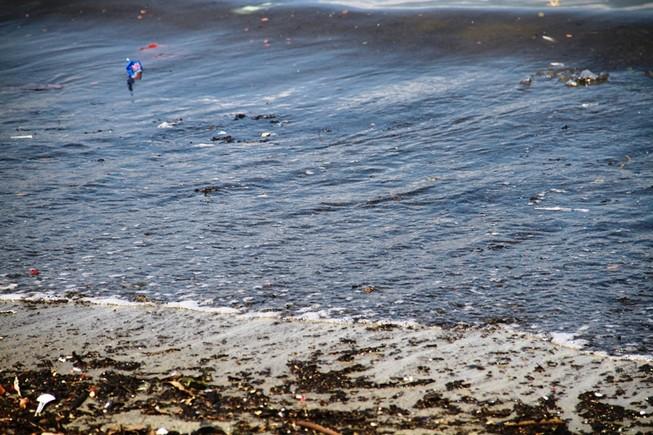 Nước biển đen ngòm, bốc mùi hôi thối trên vịnh Đà Nẵng