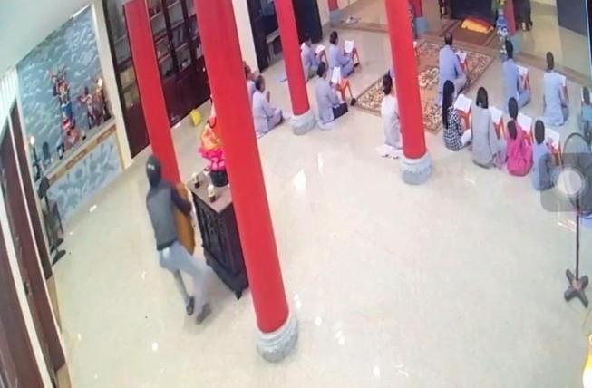 Camera ghi cảnh người đàn ông trộm hòm công đức ở Đà Nẵng