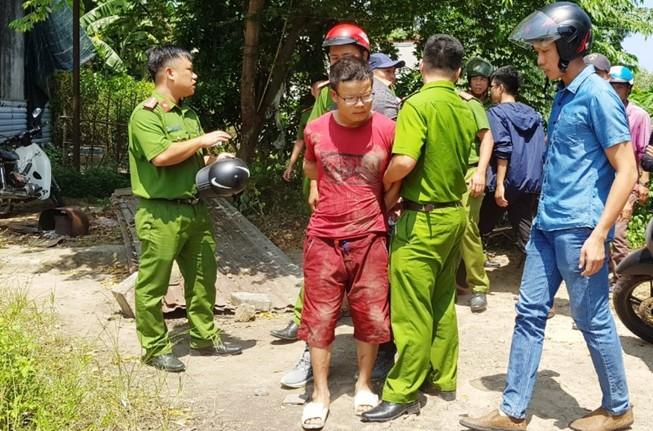 Kẻ cướp trốn vào nhà hoang, bị dân vây chặt bên ngoài