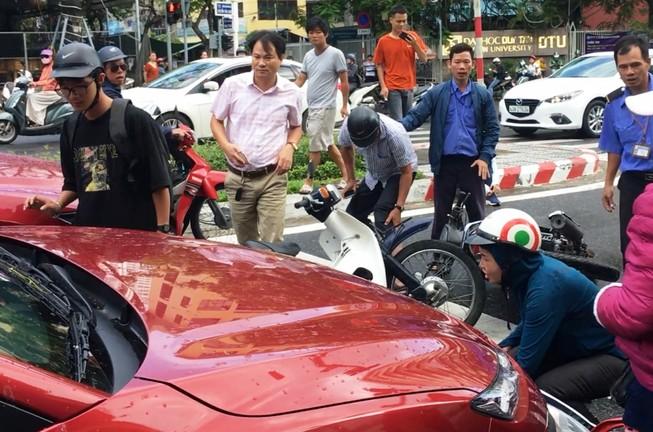 Ô tô tông hàng loạt xe máy chờ đèn đỏ ở trung tâm Đà Nẵng