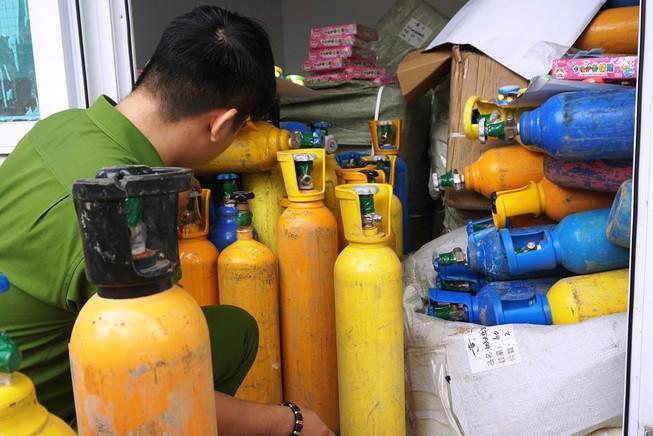 Bắt hơn 1 tấn khí bóng cười trên đường tiêu thụ ở Đà Nẵng