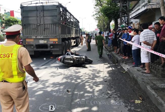 Xe đầu kéo bấm còi làm người phụ nữ ngã xe tử vong