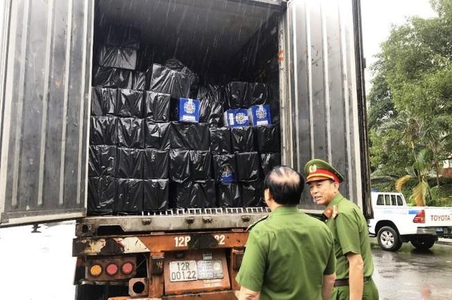 1 xe container chở toàn rượu ngoại vào TP.HCM