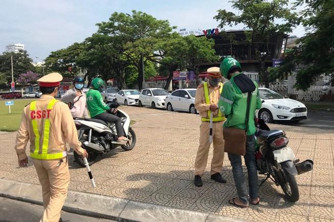 Đà Nẵng: CSGT xử phạt nhiều lái xe công nghệ dùng điện thoại