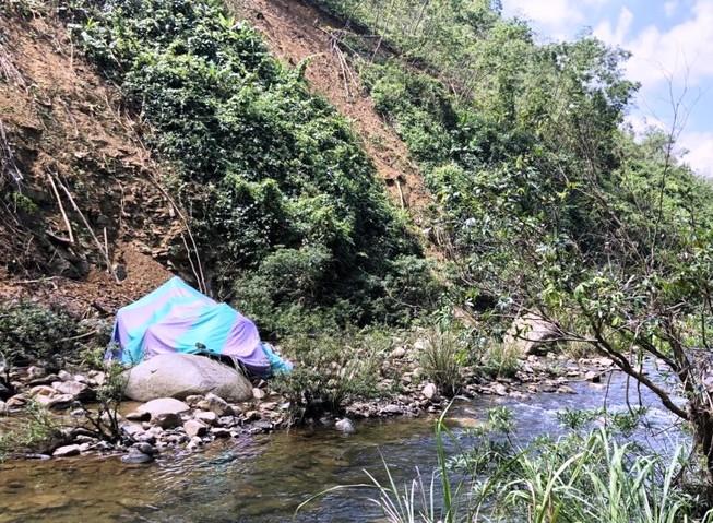 Đà Nẵng: Xe tải lật xuống vực, đè nữ công nhân tử vong