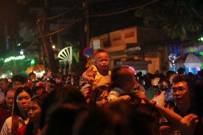 Đường Sài Gòn kẹt cứng đêm Noel, trẻ em hơi bị mệt