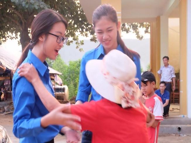 Hoa hậu Mỹ Linh, á hậu Thanh Tú hướng về miền Trung