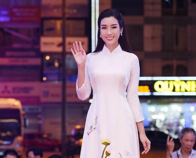 Hoa hậu Đỗ Mỹ Linh gây thương nhớ với áo dài hoa sen