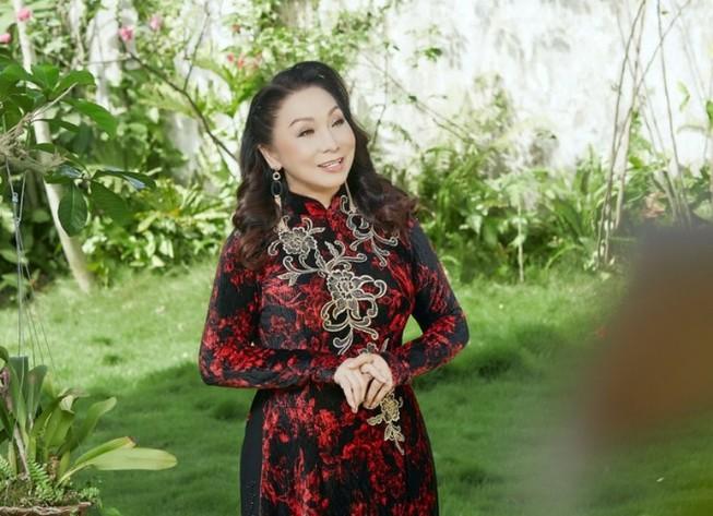 NSND Bạch Tuyết tuổi 74 trong ngôi biệt thự đầy hoa