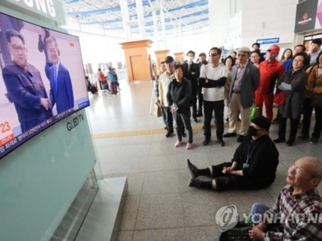 Nhà báo nước ngoài rơi nước mắt khi ông Kim bước qua biên giới