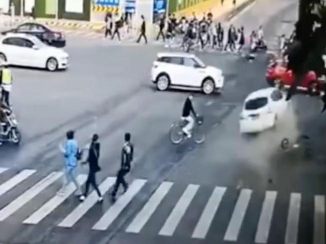 Ô tô vượt 2 đèn đỏ liên tiếp, càn quét 14 người thương vong