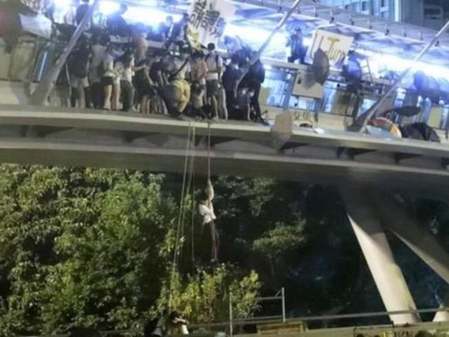 Hong Kong: Người biểu tình đu dây thoát ra khỏi trường