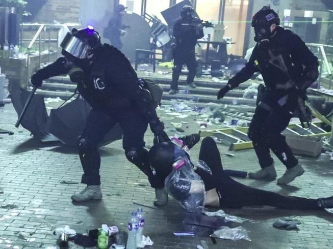 Hong Kong: Còn khoảng 300 người kẹt trong trường đại học