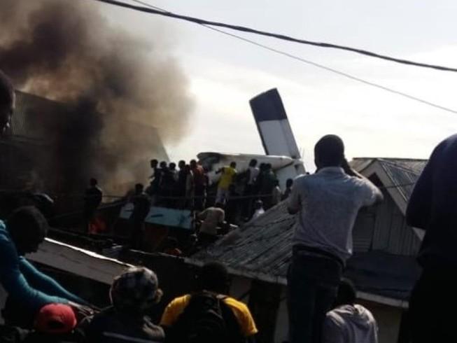 Máy bay chở khách rơi xuống khu dân cư