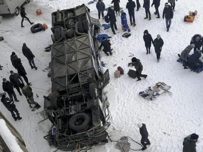 Xe buýt lọt cầu rơi xuống sông băng, 19 người chết thảm