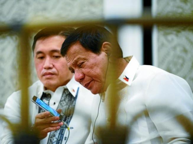 Trung Quốc muốn cho ông Duterte '1 điện thoại không thể hack'