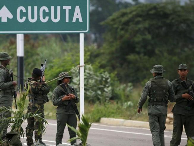 Binh sĩ Venezuela tại cầu quốc tế Tienditas nối Venezuela với Colombia. Ảnh: AP