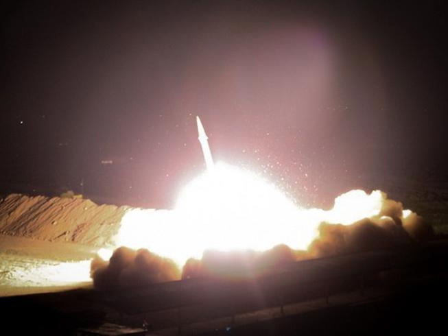 Căn cứ Mỹ tại Iraq hứng tên lửa. Ảnh: TWITTER