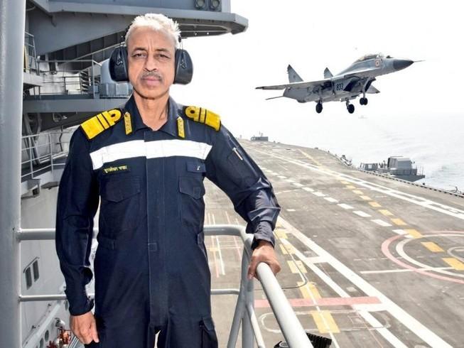 Phó Tham mưu trưởng Hải quân Ấn Độ - Phó Đô đốc Murlidhar Sadashiv Pawar trên tàu sân bay INS Vikramaditya. Ảnh: TWITTER
