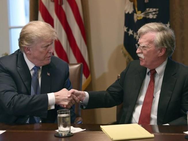 Tổng thống Donald Trump (trái) và Cố vấn an ninh quốc gia John Bolton. Ảnh: AP