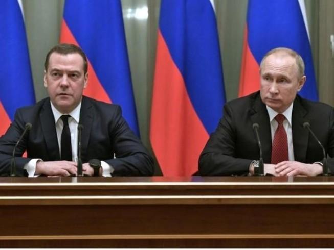 Thủ tướng Nga Dmitry Medvedev (trái) và Tổng thống Nga Vladimir Putin. Ảnh: REUTERS
