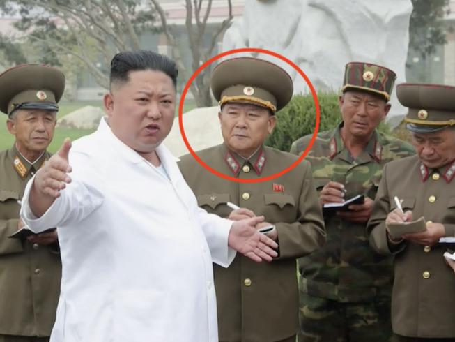 Tân Bộ trưởng Quốc phòng Triều Tiên Kim Jong-gwan (trong vòng tròn). Ảnh: KCNA