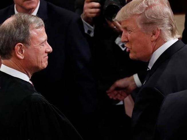 Tổng thống Donald Trump (phải) và Chánh án John Roberts (trái) - chủ tọa phiên tòa luận tội ông tại Thượng viện. Ảnh: Al JAZEERA