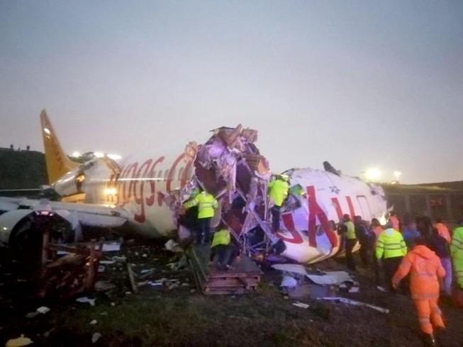 Hiện trường máy bay chở 177 người bị trượt đường băng và gãy đôi ở Thổ Nhĩ Kỳ ngày 5-2. Ảnh: TWITTER