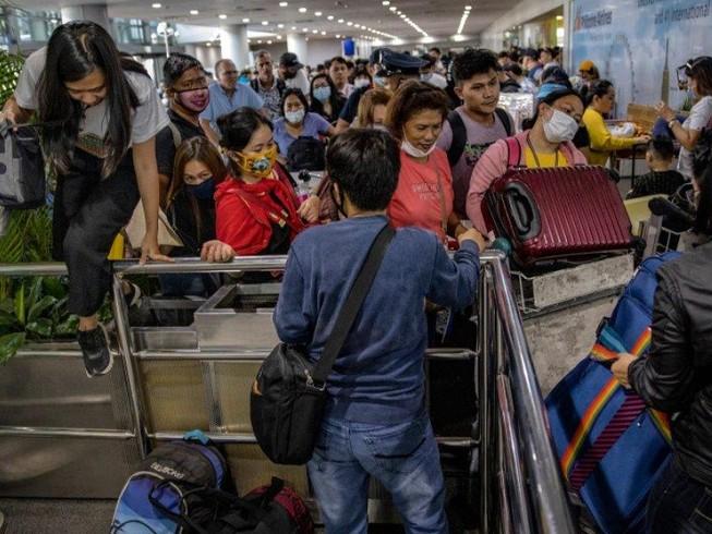 Dân Philippines ồ ạt tìm cách ra khỏi Manila trước khi lệnh phong tỏa bắt đầu. Ảnh: INQUIRER
