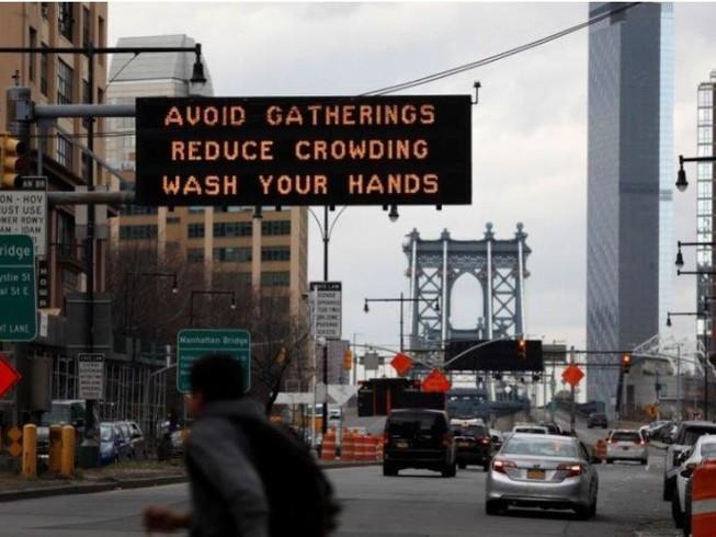 Biển khuyến cáo tránh tụ tập và năng rửa tay ở TP New York, bang New York (Mỹ) ngày 20-3. Ảnh: REUTERS