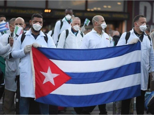 Nhóm bác sĩ, y tá Cuba đến sân bay Malpensa gần TP Milan, vùng Lombardy (Bắc Ý) ngày 22-3  để hỗ trợ cứu chữa bệnh nhân nhiễm COVID-19. Ảnh: REUTERS