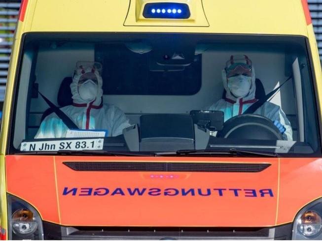 Xe cấp cứu chở bệnh nhân COVID-19 đến bệnh viện ở Leipzig (Đức) ngày 25-3. Ảnh: REUTERS
