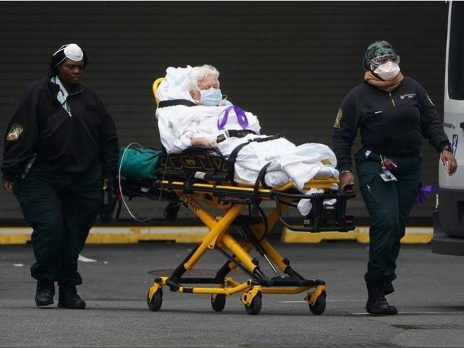 Di chuyển một bệnh nhân COVID-19 vào bệnh viện ở quận Manhattan, TP New York, bang New York (Mỹ) ngày 25-3. Ảnh: REUTERS