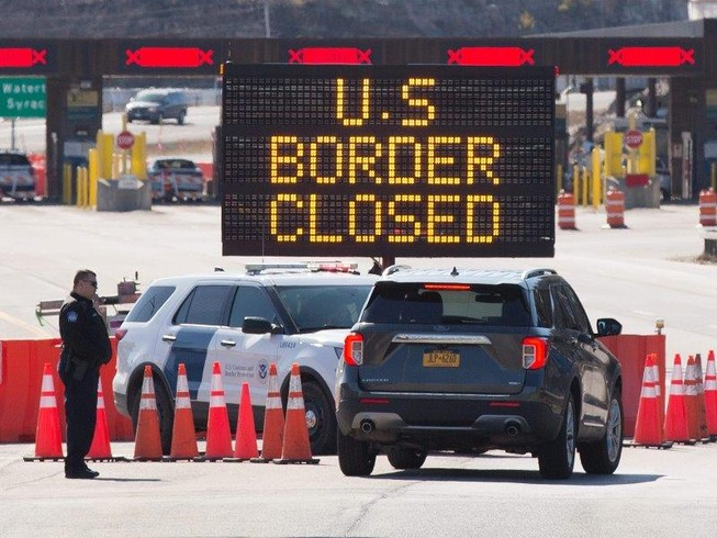 Biên giới Mỹ-Canada ở TP Lansdowne, tỉnh Ontario (Canada) đóng cửa ngăn COVID-19 lây lan. Ảnh: AFP