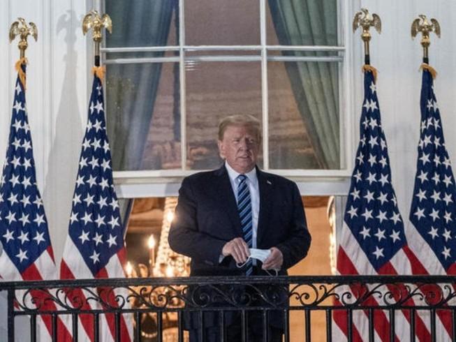 Tổng thống Mỹ Donald Trump tháo khẩu trang khi vừa xuất viện về đến Nhà Trắng chiều 5-10. Ảnh: GETTY IMAGES