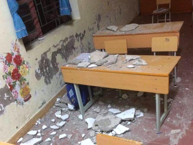 Sập trần lớp học, 3 học sinh lớp 1 nhập viện