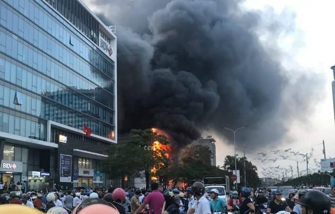 Cháy siêu thị điện máy, cột khói bốc cao ngùn ngụt