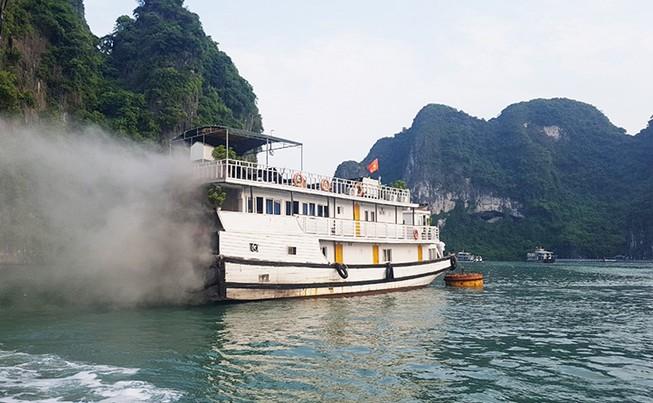 Tàu du lịch bốc cháy, khói mù mịt trên vịnh Hạ Long