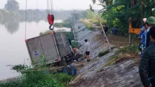 Hi hữu: Ô tô tải tông chết người đi đò