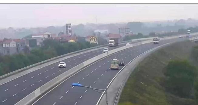 Ô tô 4 chỗ lùi 6 km trên cao tốc Hà Nội - Hải Phòng