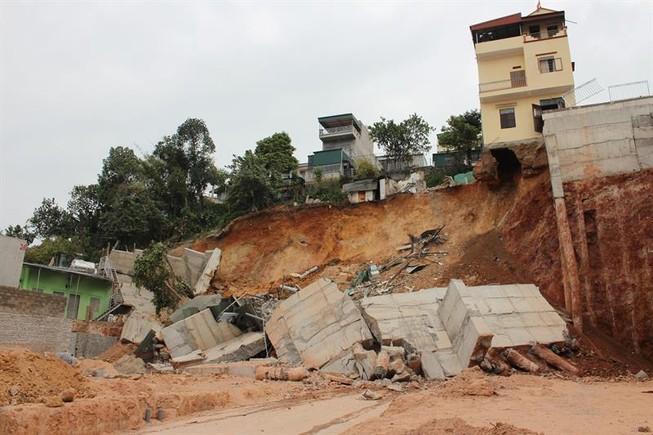 Sạt lở kè núi, di dời khẩn cấp 16 hộ dân ở Quảng Ninh