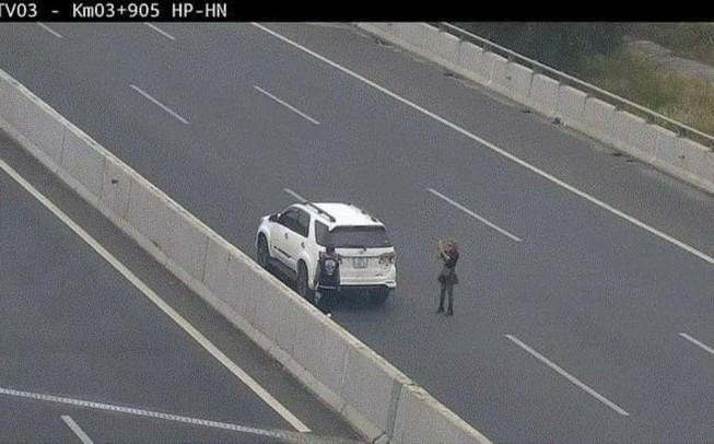 Phạt nặng nữ tài xế dừng xe trên đường cao tốc để chụp ảnh