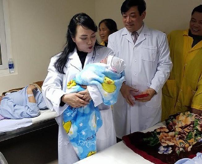 Bộ trưởng Bộ Y tế thăm người bệnh đón giao thừa tại BV