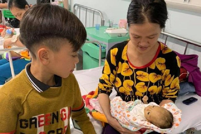 Cậu bé 13 tuổi đạp xe hơn 100km xuống Hà Nội thăm em ốm nặng