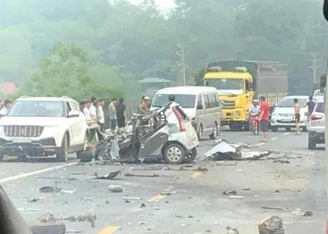 Xe con nát bét khi đối đầu xe tải, 1 người chết thảm