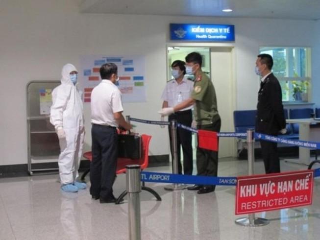 Hành khách các chuyến bay quốc tế vào Việt Nam được kiểm tra thân nhiệt. Ảnh: Thu Nguyệt (Bộ Y tế)