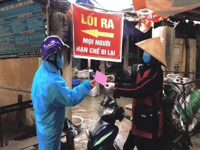 Dịch COVID-19: Người dân TP Chí Linh dùng tem phiếu đi chợ