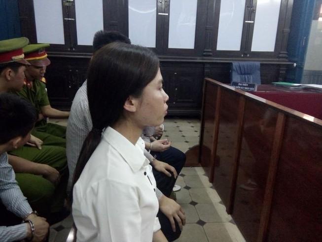 Cô gái đâm chết bạn trai bật khóc nức nở vì thoát tù